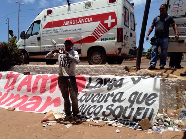 Homem estende faixa com declaração de amor a servidora do Complexo de Pedrinhas (Foto: Clarissa Carramilo/G1)