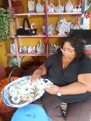 Artesã Sandra Marai desenvolve há 25 anos o trabalho com papéis (Foto: Neidiana Oliveira/G1)