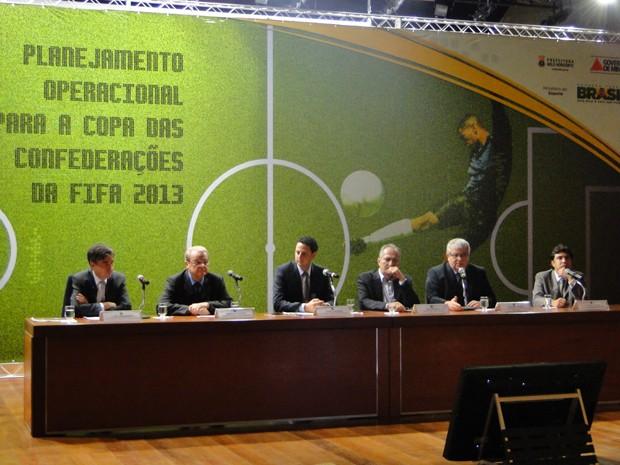 Autoridades durante a abertura da reunião (Foto: Pedro Triginelli / G1)