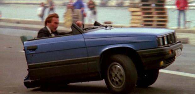 Renault 11 partido pela metade é destaque em Na mira dos assassinos (olhe bem o dublê) (Foto: Reprodução)