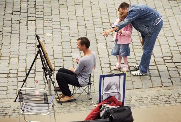 Pai com a filha em Dresden, na Alemanha; Dia dos Pais no país é celebrado 40 dias após o Domingo de Páscoa (Foto: Jorge Royan/Wikimedia Commons)