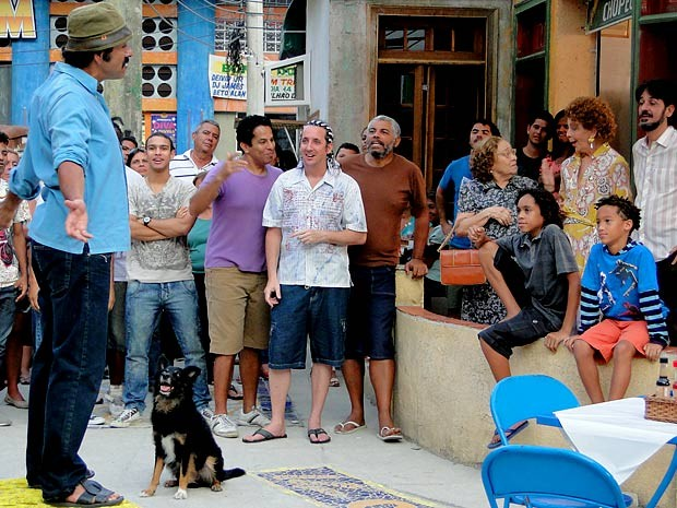 Sandro quer levar Totó no Faustão (Foto: Cheias de Charme / TV Globo)