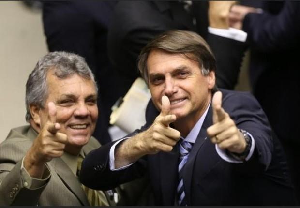 Os deputados federais Alberto Braga (DEM-DF) e Jair Bolsonaro (PSC-RJ) que integram a chamada bancada da bala (Foto: Agência Câmara)