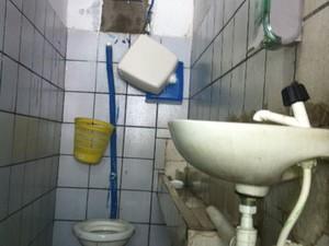Banheiro do bar onde advogado Antônio Carlos foi assassinado (Foto: Igor Jácome/G1)