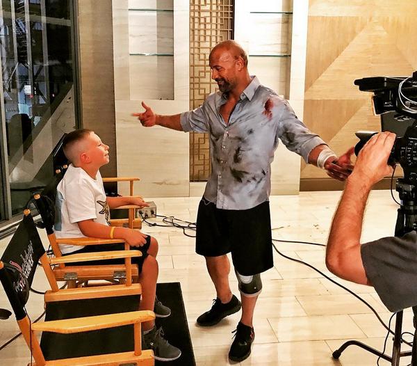 O ator Dwayne The Rock Johnson recebe a visita do fã de 10 anos que salvou o irmão de apenas 2 anos (Foto: Instagram)