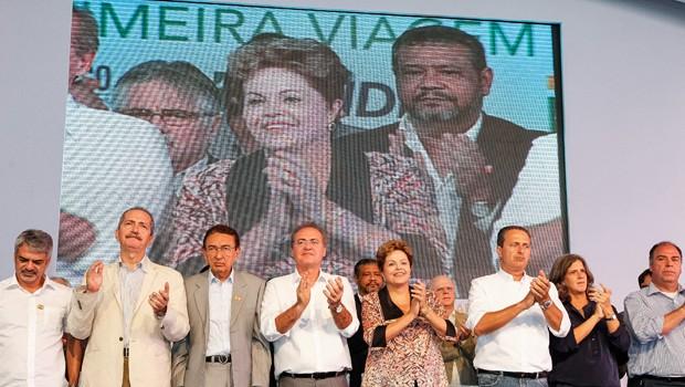 Dilma com ministros, parlamentares e o governador de Pernambuco durante cerimônia da viagem inaugural do petroleiro Zumbi dos Palmares, em Ipojuca (PE) (Foto: Roberto Stuckert Filho /  PR)