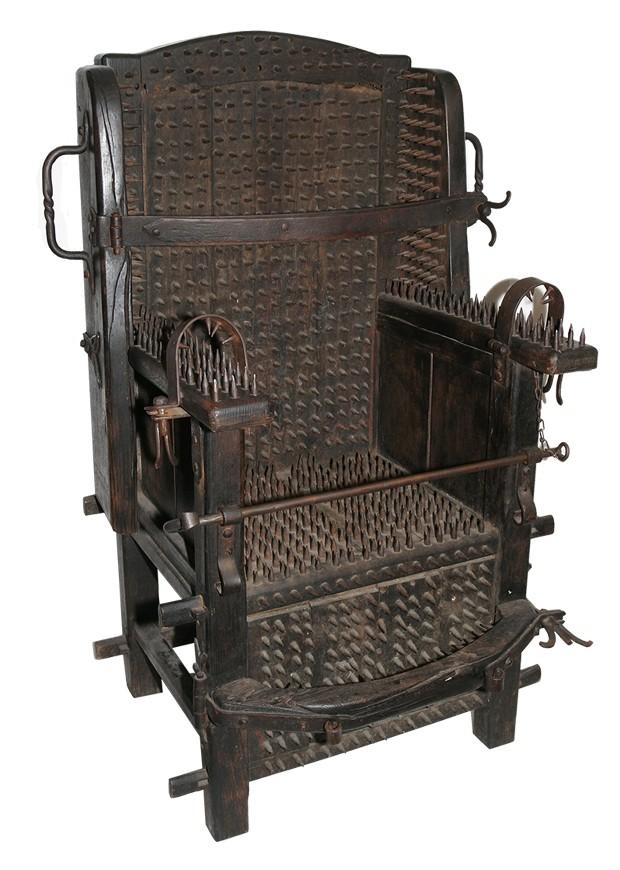 A cadeira da inquisição exposta no Museu da Tortura de Amsterdã (Foto: Divulgação)