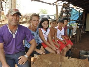 Após aulas, estudantes voltam para acampamento, na Vila Sata Rita, em Itumbiara, Goiás (Foto: Adriano Zago/G1)