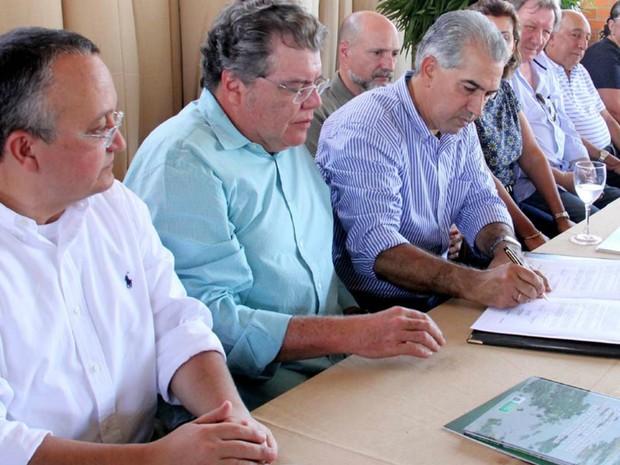 Governadores de MT e MS assinam documento de ação integrada  (Foto: Chico Ribeiro/Segov)