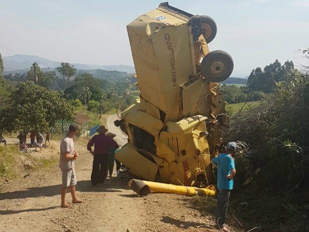 Colheitadeira tomba em estrada rural de Ivaí, no Paraná (Foto: Anderson Rebinski/Arquivo Pessoal)