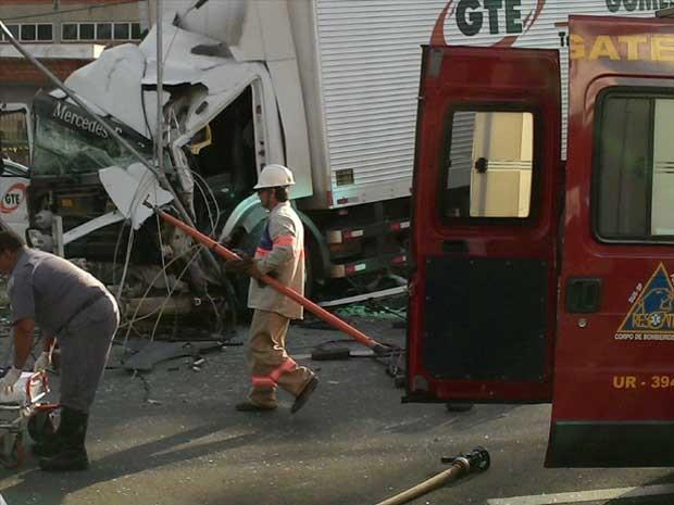 Caminhão também colidiu em um poste na Avenida Nossa Senhora de Fátima, em Americana (Foto:  Kleber Tavares/ VC no G1)