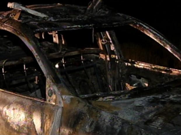 Carro da polícia foi completamente destruído pelas chamas  (Foto: Reprodução/TV Tem)