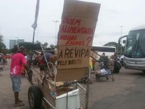 Catadores fizeram protesto em Porto Alegre (Foto: Juliano Chimenes/RBS TV)