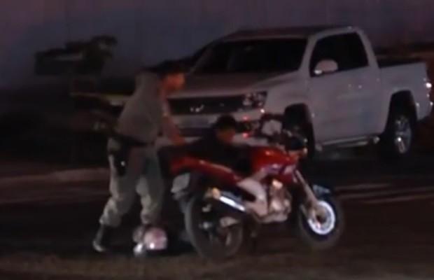 Após perseguição, suspeitos foram cercados e presos (Foto: reprodução / TV Anhanguera)