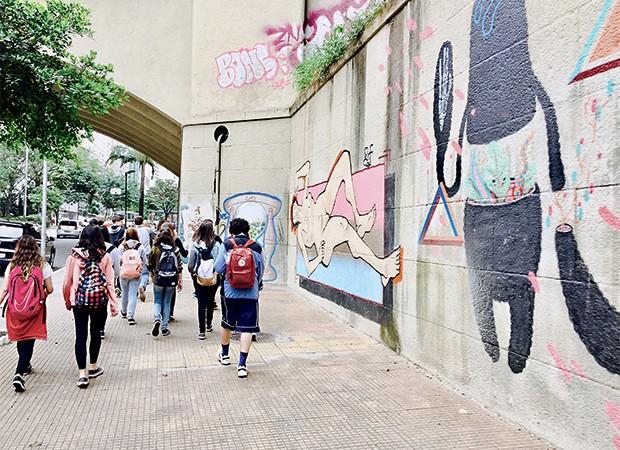 Tour ajuda alunos a conhecer diferentes formas de morar, consumir e viver na capital paulista (Foto: )