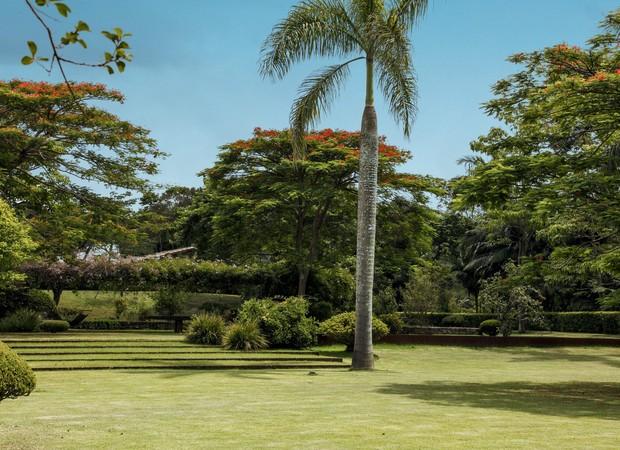 A grama-são-carlos cobre boa parte desta casa de campo, com paisagismo assinado por Leo Laniado (Foto: Foto: Evelyn Müller)