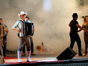 Ton Oliveira fez muita gente dançar na cidade de Itabaiana (Foto: Kleide Teixeira)