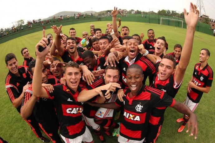 Jajá e Matheus Sávio puxam a comemoração do Flamengo no OPG (Foto: Gilvan de Souza/Fla Imagem)