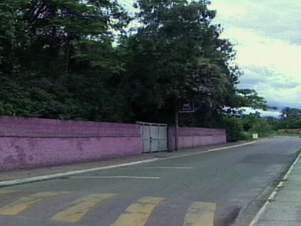 Local onde a vítima foi alvejada após briga em casa noturna de Lorena. (Foto: Reprodução/TV Vanguarda)