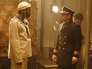 Petulante, o comandante do navio desafia Zé Maria (Foto: Lado a Lado / TV Globo)