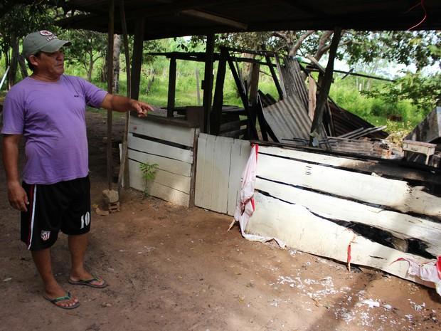 Valdemir Penha, que é vizinho da propriedade, ajudou os bombeiros a controlar o fogo (Foto: Júnior Freitas/G1)