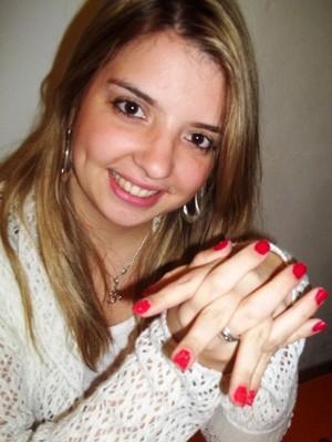 Suziane Borges enfeitou as unhas com pelúcia em casa (Foto: Suziane Borges/Arquivo Pessoal)