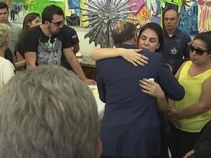 Governador foi à cerimônia para consolar viúva e filhos (Foto: Reprodução/ TV TEM)