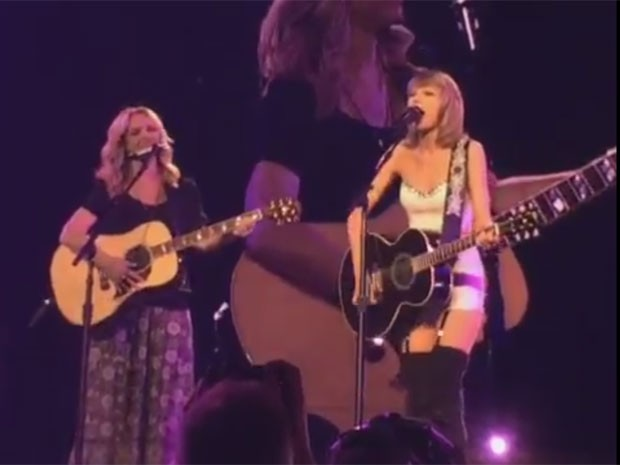 A atiz Lisa Kudrow, a Phoebe 'Friends', canta seu hit na série, 'Smelly cat', com Taylor Swift em show nesta quarta-feira (26) em Los Angeles (Foto: Reprodução/Twitter/The Rob Ellis Show)