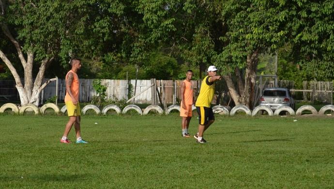 Técnico Marcos Piter foi apresentado aos jogadores do Tapajós e já fez um treino tático com a equipe (Foto: Dominique Cavaleiro/GloboEsporte.com)