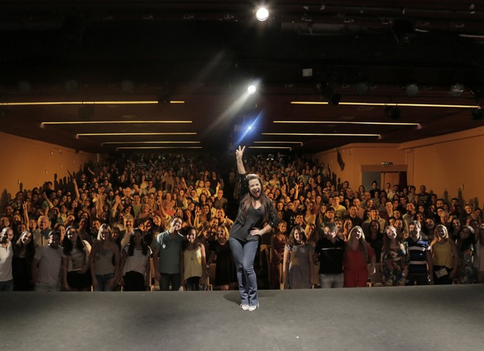 Fernanda Souza posa com seu público (Foto: Raphael Almeida/ Gshow)