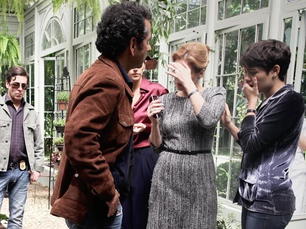 Angela e Duda se chocam ao ver morto (Foto: Pedro Curi / TV Globo)