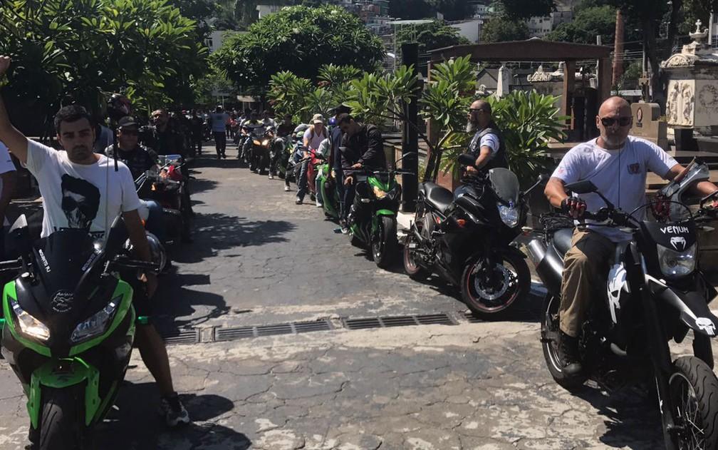 Amigos de Miguel, morto em tentativa de assalto em Laranjeiras, homenagearam o rapaz com cortejo em motos pelo Cemitério do Catumbi, no Rio (Foto: Matheus Rodrigues/G1)