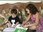Menina de 5 anos escreve livro em que irmão com down é o personagem