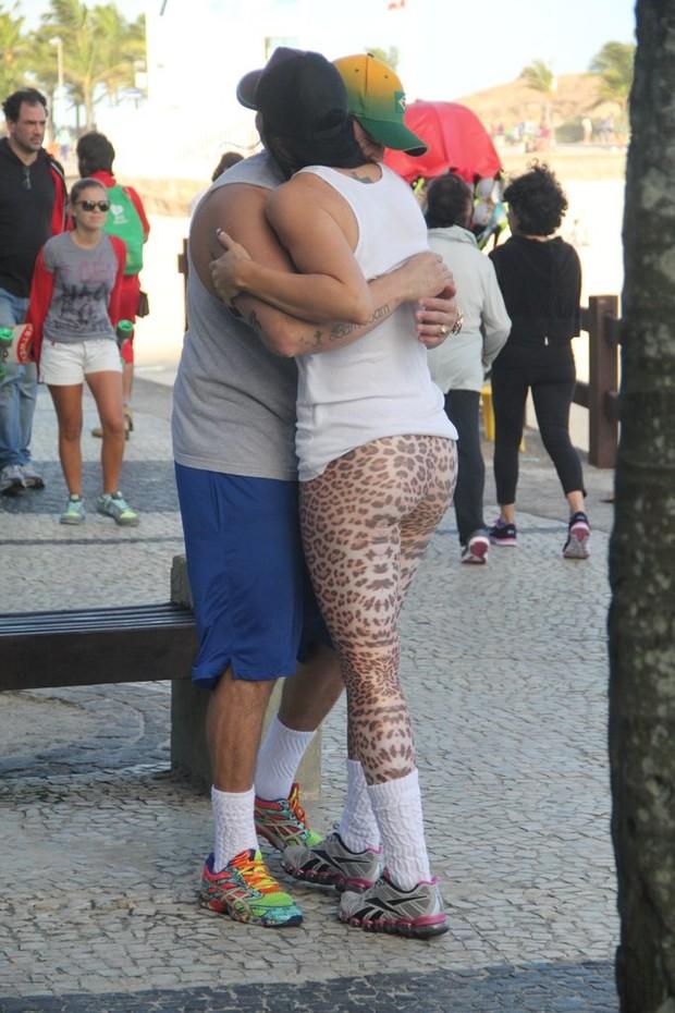Ex-bbbs Klebber Bambam e Joseane na praia de Ipanema, RJ (Foto: Rodrigo dos Anjos / AgNews)
