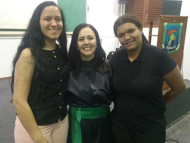 Intérpretes Jakeline e Williane ajudaram Renata durante a defesa da tese, em Goiás (Foto: Fernanda Borges/G1)
