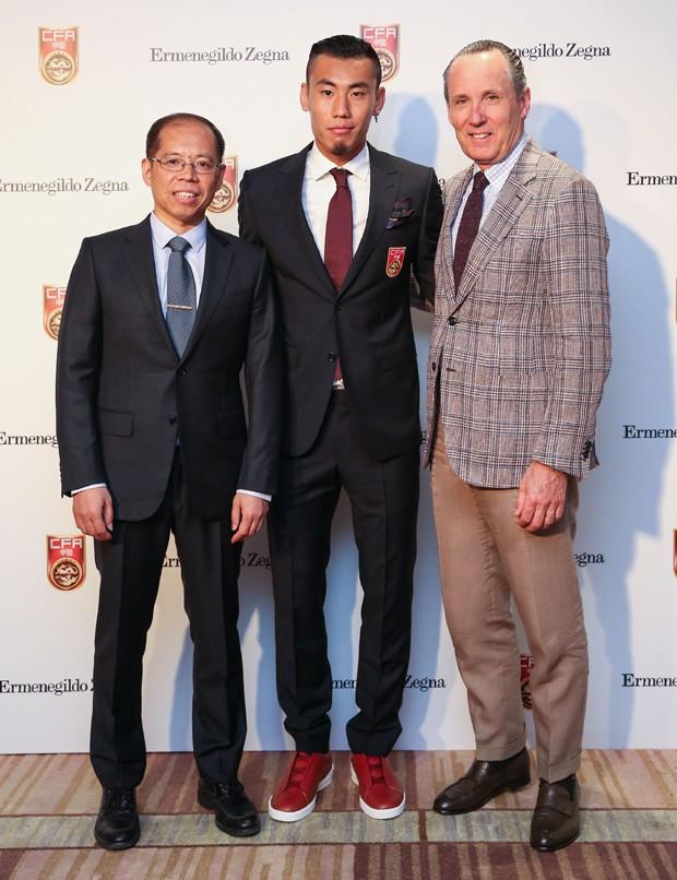 Zhang Jian, secretário da seleção chinesa, o jogador Cheng Dong e Gildo Zegna, CEO do Grupo Zegna (Foto: Divulgação)