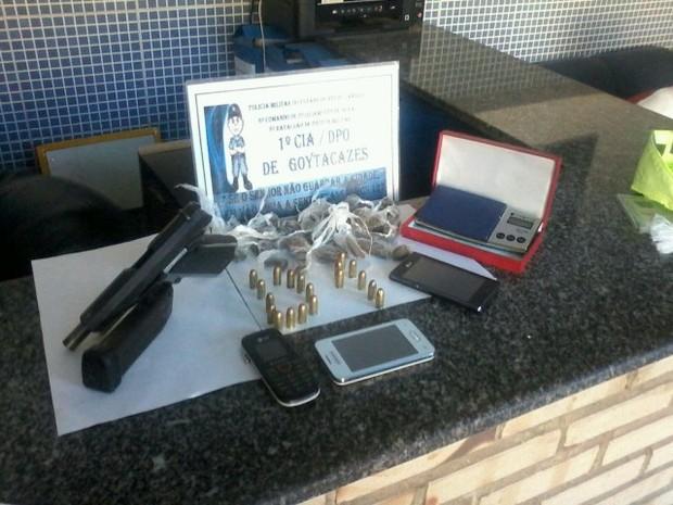 Material foi encontrado com os suspeitos dentro de uma casa (Foto: Divulgação/Polícia Militar)