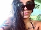 Petra Mattar posa sexy de biquíni e óculos escuros