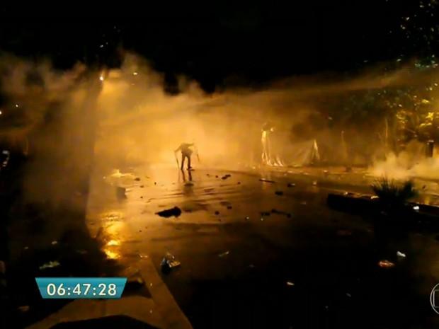 Jatos de água foram usados para dispersar os manifestantes (Foto: TV Globo/Reprodução)