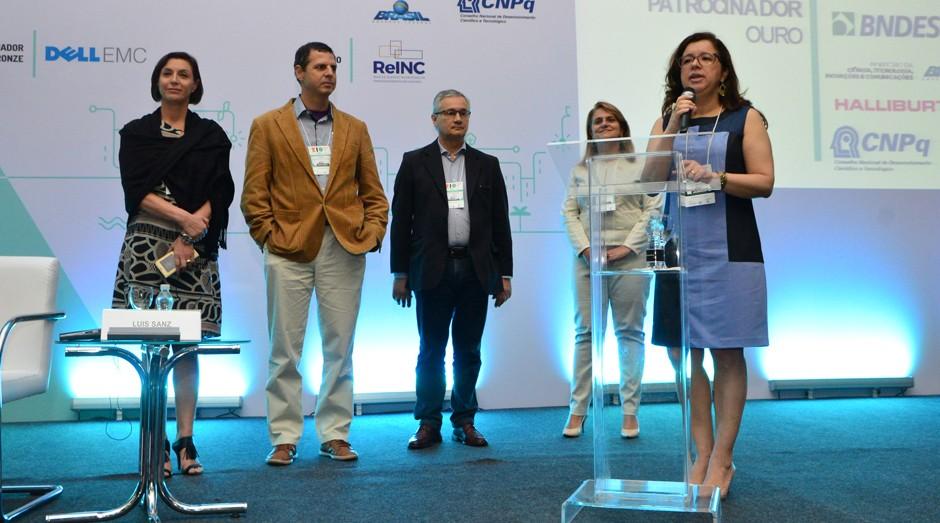 Sheila Pires, diretora executiva da Anprotec, anuncia as startups do programa durante a 27ª Conferência Anprotec (Foto: Divulgação)