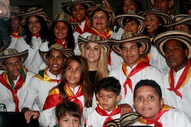 Shakira junto com alunos da Fundação Pies Descalzos (Foto: Reprodução/Instagram)