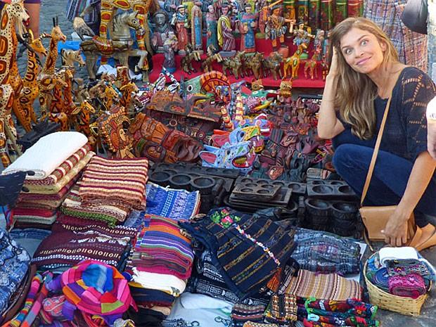 Grazi se surpreende com a quantidade de coisas vendidas no mercado (Foto: Flor do Caribe/TV Globo)