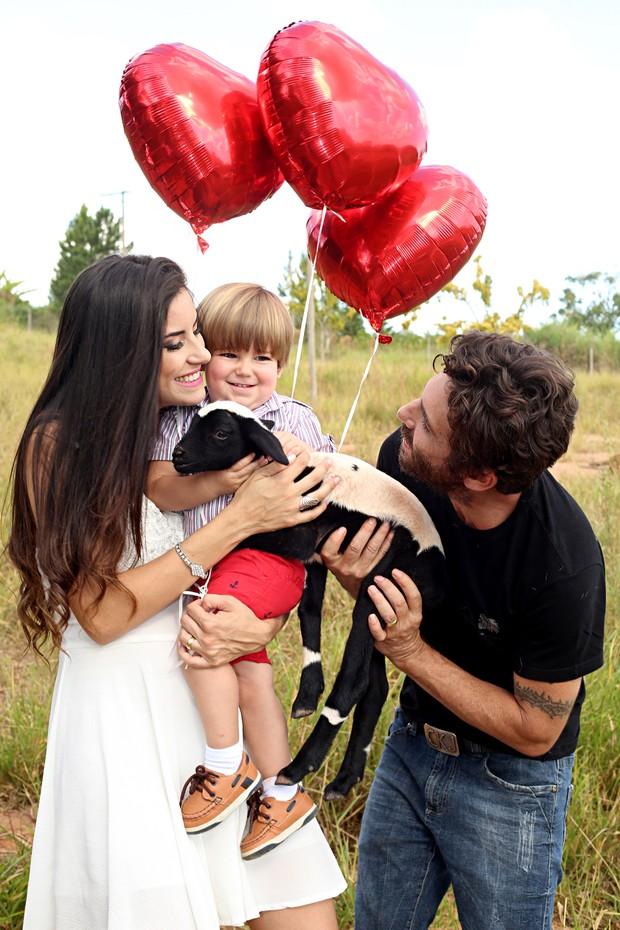 Thayra e Hudson com o filho Davi (Foto: Celso Tavares/EGO)