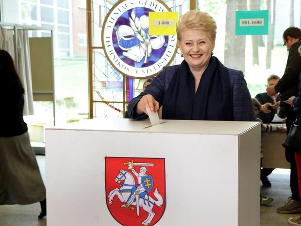 Dalia Grybauskaite, presidente da Lituânia, lança seu voto no primeiro turno da eleição presidencial em Vilnius (Foto: Petras Malukas/AFP)