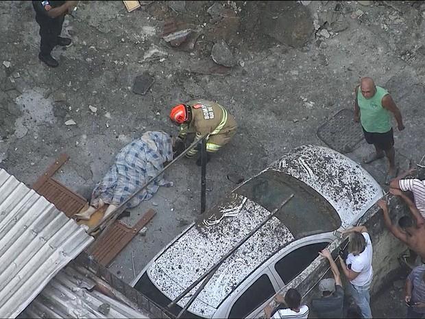 Bombeiros trabalham no local da explosão na Fazenda Botafogo, no Rio de Janeiro (Foto: Reprodução/TV Globo)