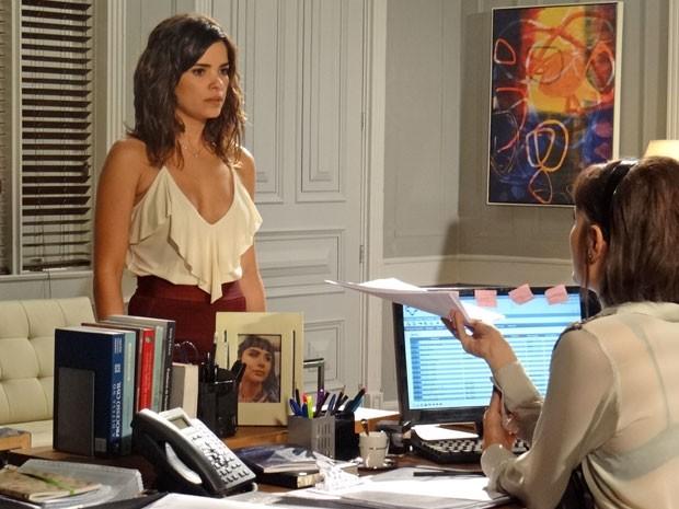 Aline não acredita que César tomou a decisão sem comunicá-la (Foto: Amor à Vida/TV Globo)