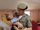 PMs que ajudaram a salvar bebê por telefone visitam família no RS