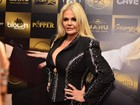 Monique Evans usa decotão em festa de 60 anos: 'Me sinto com 14'