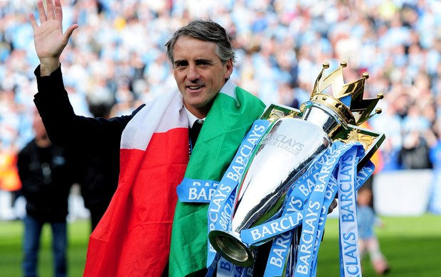 roberto mancini com ata&#231;a de campe&#227;o ingl&#234;s (Foto: Ag&#234;ncia Getty Images)