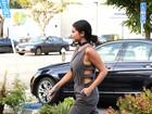Selena Gomez usa look estiloso para comprar suco verde